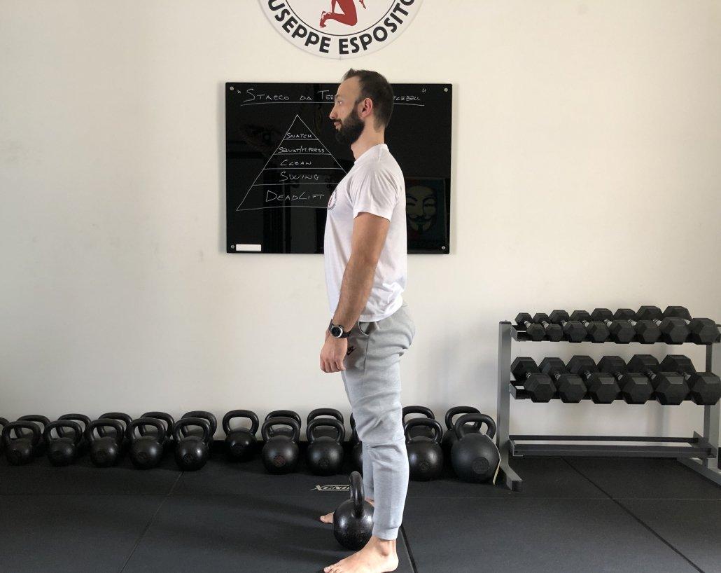piedi ad una larghezza leggermente superiore alla larghezza delle spalle e tieni le punte dei piedi ruotate leggermente all'esterno.
